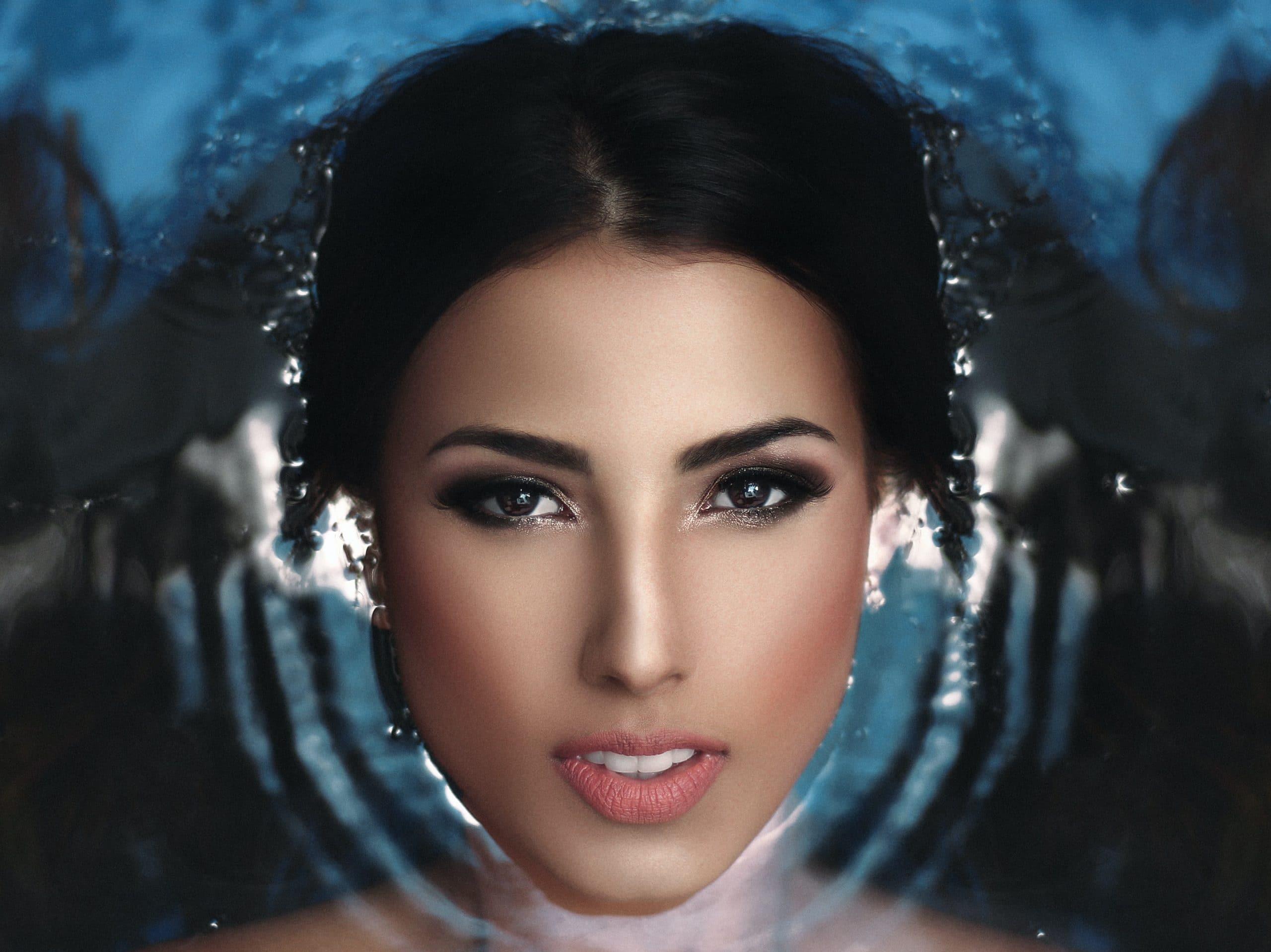 femme cheveux dans l'eau