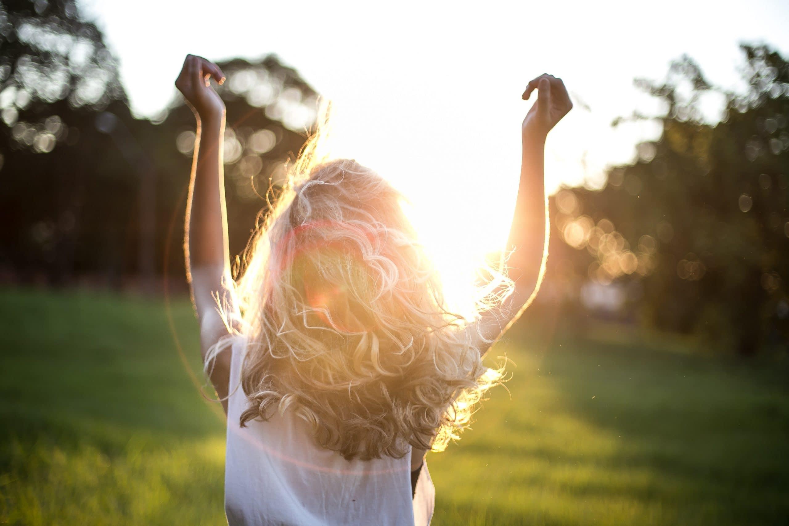 femme cheveux blonds soleil