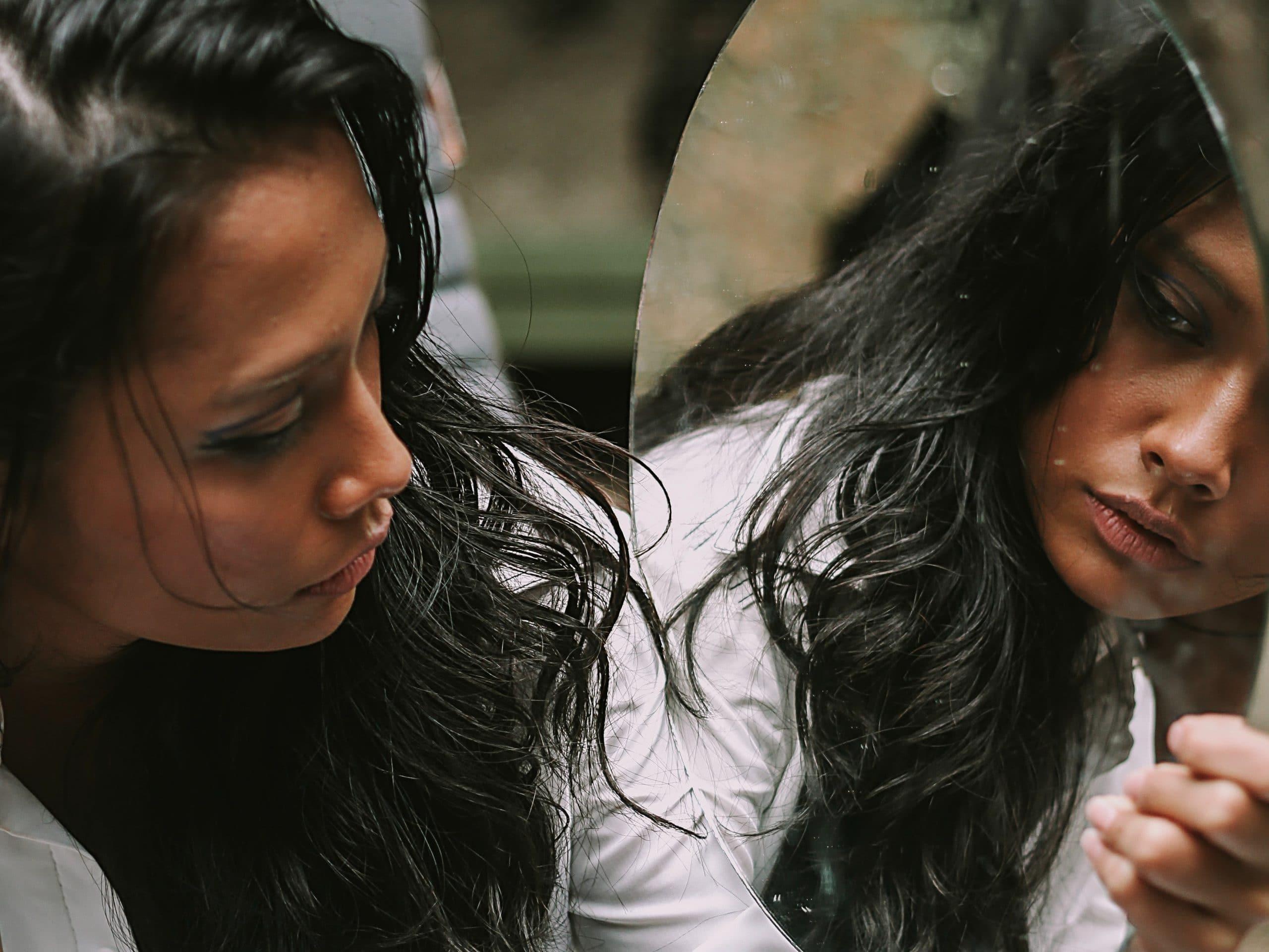 femme se regarde dans un miroir