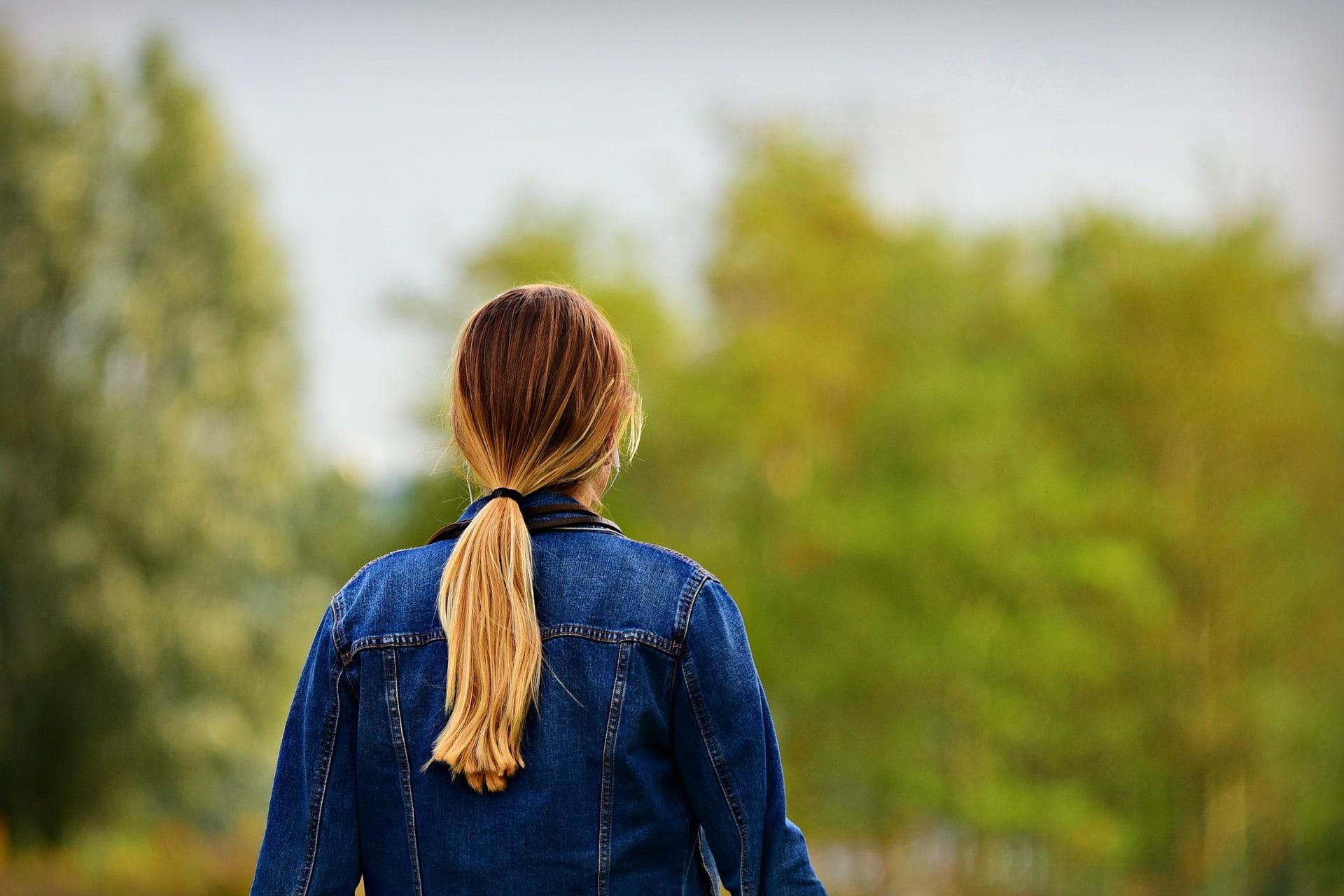 femme de dos avec une queue de cheval